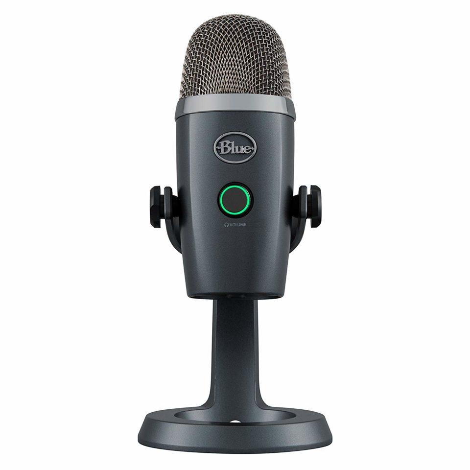 Mikrofoni on jalustan kanssa 21 senttimetriä korkea.